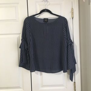 Tops - BEAUTIFUL Navy and white top!